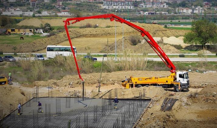 picture of a concrete line pump crane in Sacramento, California